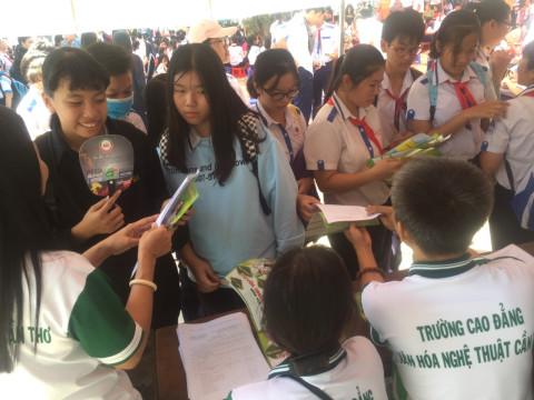 Học sinh được tư vấn tại gian hàng của trường